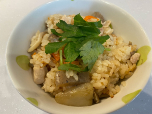 【絶品】和風だしで作る鶏肉としめじの五目炊き込みご飯【レシピ】